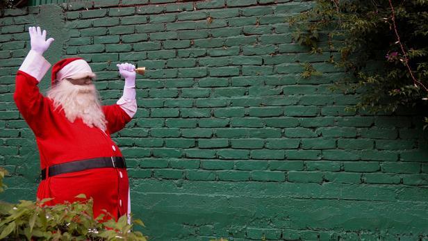 Il braque une banque puis distribue des billets aux passants aux cris de «Joyeux Noël»