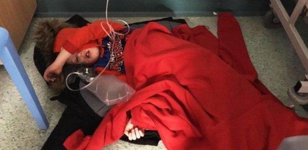 Un garçon hospitalisé à même le sol à cause d'un manque de lits