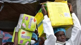 Des fonctionnaires du gouvernement saisissent des faux médicaments à Abidjan, en Côte d'Ivoire